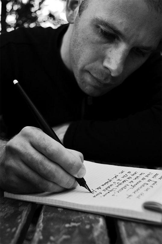 Martin Bohn rédige à la plume écriture calligraphie écrivain