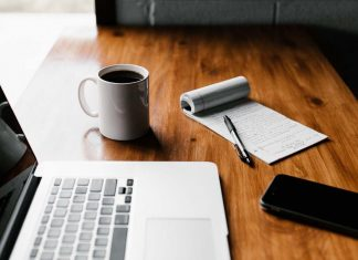 Bureau de rédacteur, écriture manuelle et ordinateur